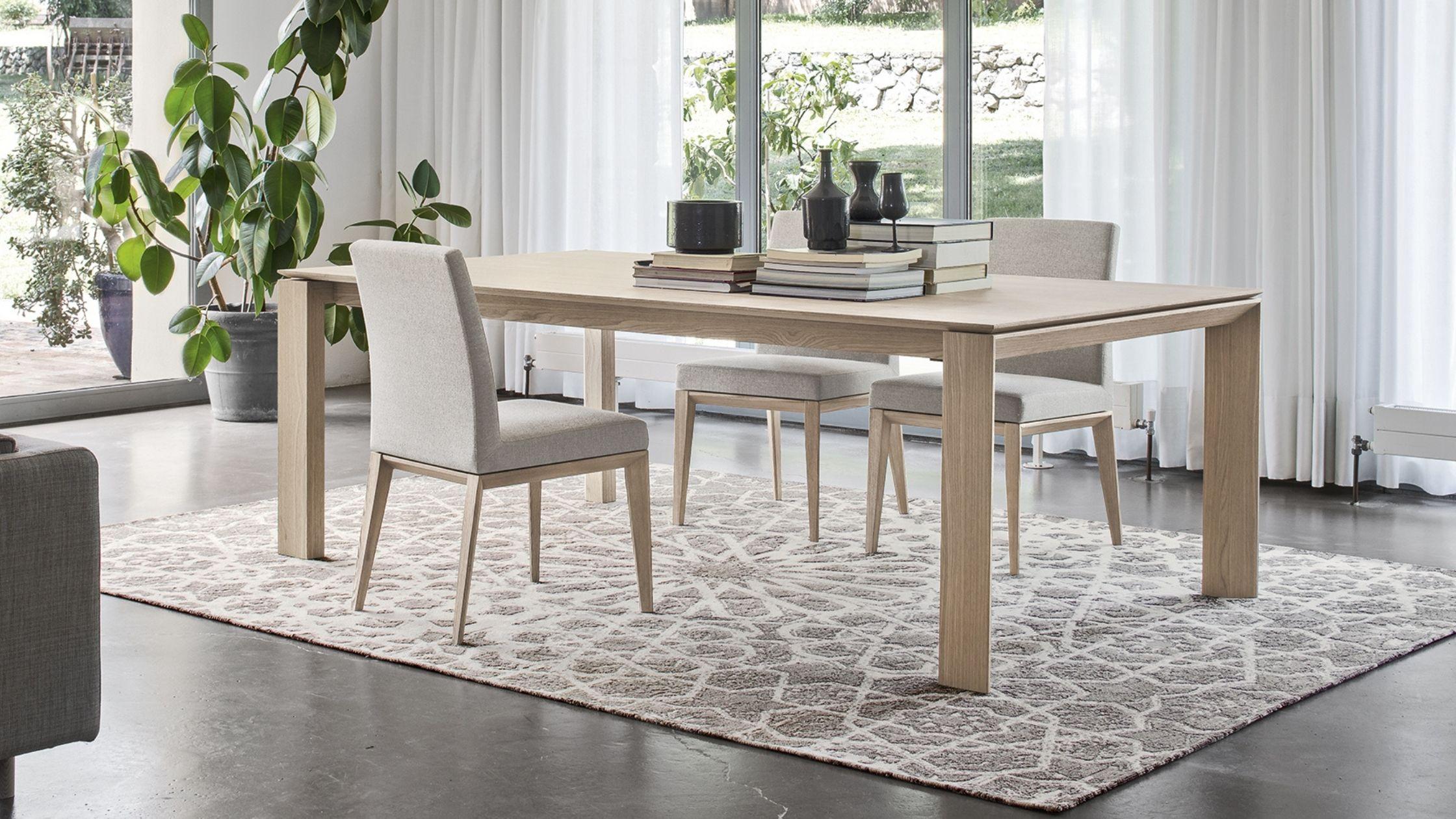 Tavolo super allungabile OMNIA, realizzato interamente in legno.